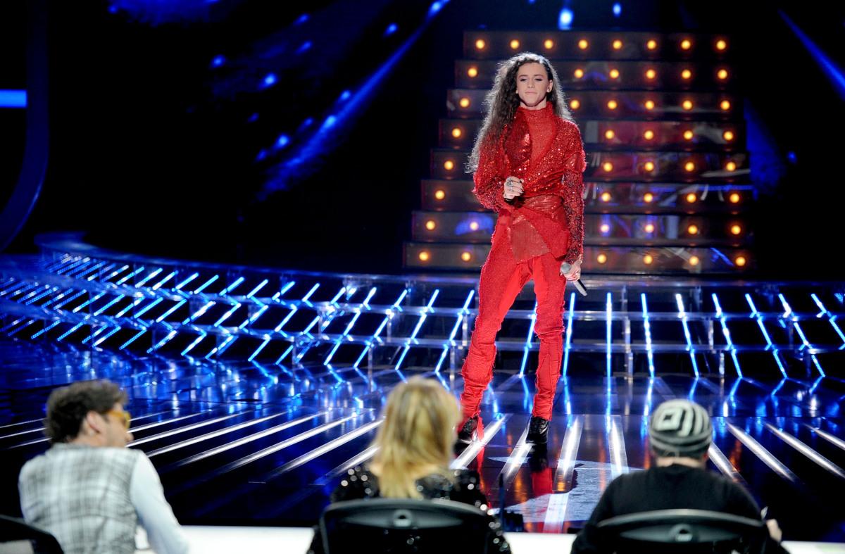 Michał Szpak stoi przed jury w czwartym odcinku na żywo